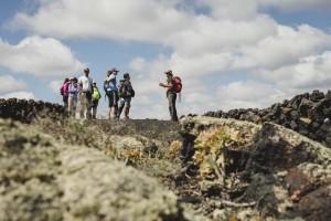 Nacho de Senderismo Lanzarote explica el paisaje volcánico de la isla