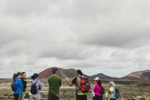 Nacho de Senderismo Lanzarote explica las peculiaridades del paisaje