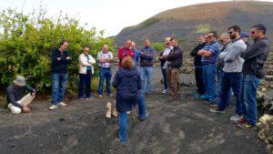 Clase practica de viticultura ecologica en mayo en Lanzarote