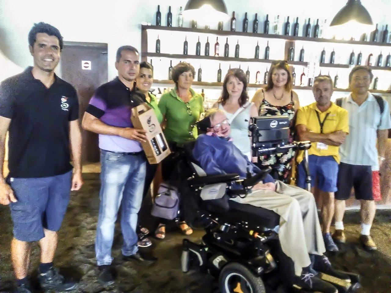 Stephen-Hawking-de-visita-en-la-Bodega-La-Geria-Lanzarote